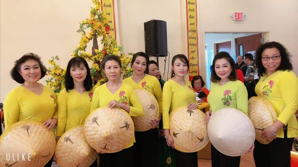 Hoa hậu Lê Ngọc Dung (giữa) tham gia biểu diễn văn nghệ mừng xuân tại Chùa Đại Bi