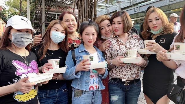 Hoa hậu Châu Mai Thảo (thứ 2 từ phải sang) và các chị em kiều bào người Việt tại Đài Loan cùng nhau làm từ thiện
