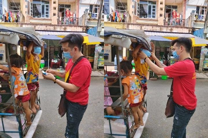 Dương Chấn Huy phát khẩu trang cho các em nhỏ và khyuên ra đường phải đeo khẩu trang