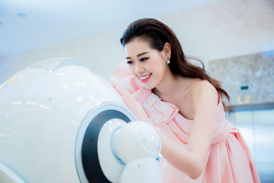 Hoa hậu Khánh Vân và robot OPBA