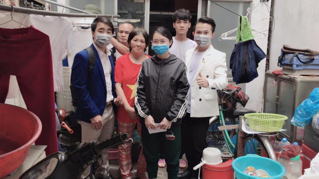 Nam vương Tony Cường Ngyuễn (bìa phải) trong chuyến đi tặng quà tại nhà chị Thạch