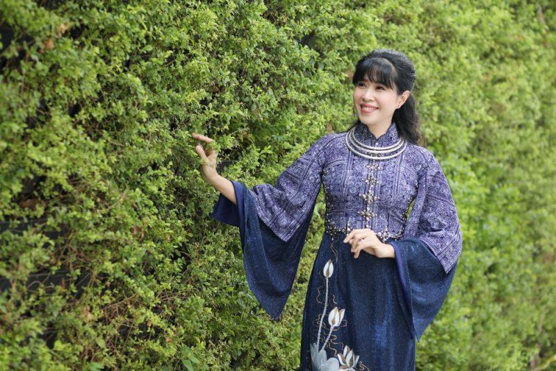 MC Quỳnh Hoa diện Áo dài Việt Hùng làm người mẫu ảnh cho Lễ hội Áo dài