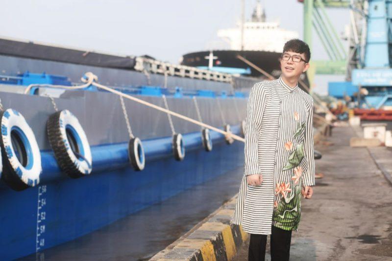 Ca sĩ Long Nhật diện áo dài Việt Hùng chụp ảnh bên Cảng Sài Gòn
