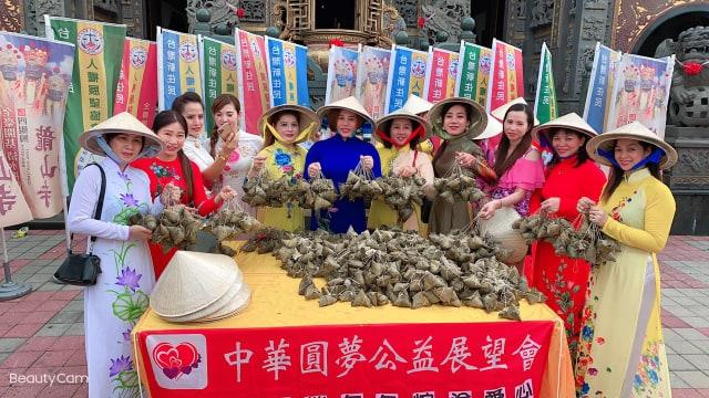 Các chị em phụ nữ người Việt chung tay làm bánh ú tặng người nghèo tại Đài Nam và Cao Hùng (Đài Loan)