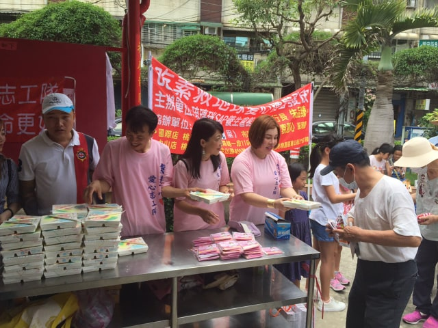 Hoa hậu Châu Mai Thảo cùng với các đồng sự phát cơm từ thiện tại Đào Viên trưa 6/6 vừa qua