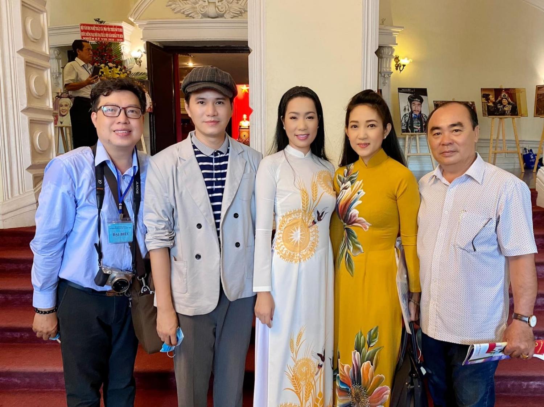 NSƯT Trịnh Kim Chi (giữa) được tín nhiệm bầu làm Phó chủ tịch Hội Sân khấu TP.HCM