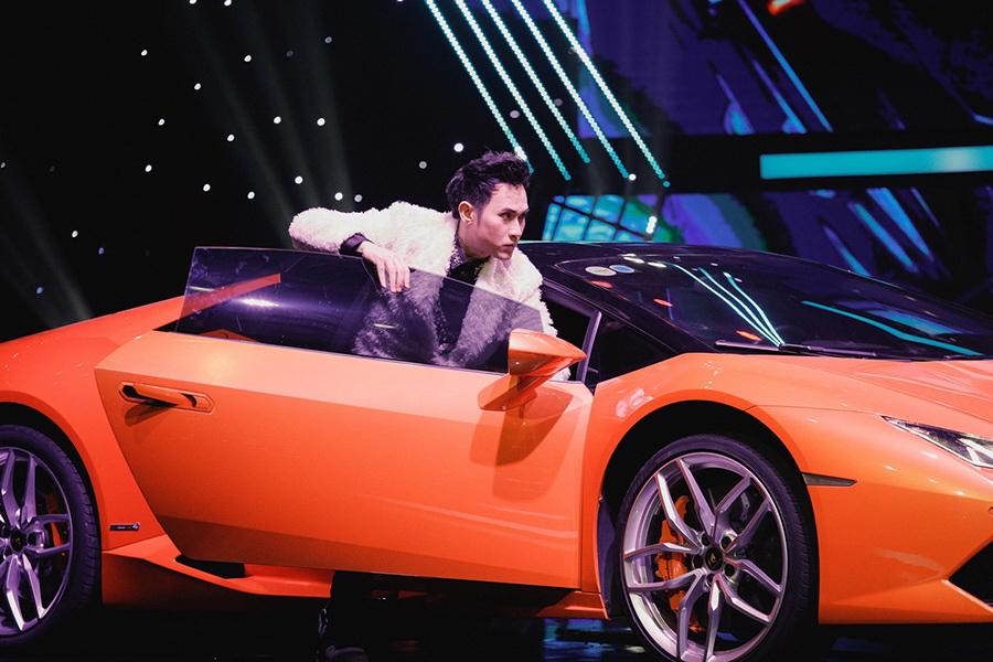 Nguyên Vũ xuất hiện cùng siêu xe Lamborghini khi tham gia thi đấu