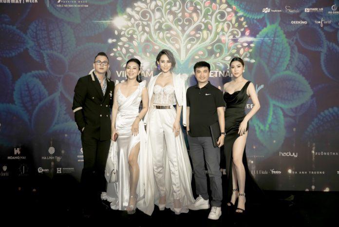 Á hoàng Kim Thảo (bìa phải) cùng dàn sao tại sự kiện