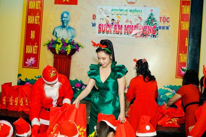 Hoa khôi Đông Nghi cùng Ông già Noel phát quà cho trẻ em