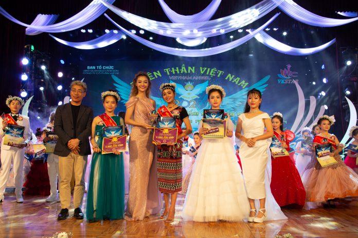 Mr Lee Kang Shick và á hậu Kiều Loan trao giải cho các thí sinh