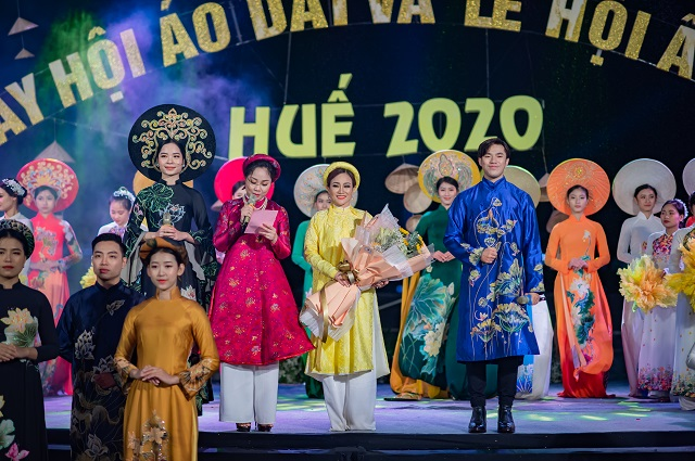 Tổng đạo diễn Nguyễn Lan Vy nhân hoa tri ân từ Ban tổ chức chương trình