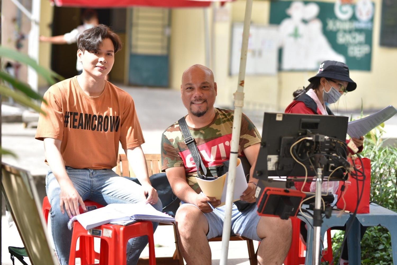 San Anh và đạo diễn Vũ Huân trên phim trường