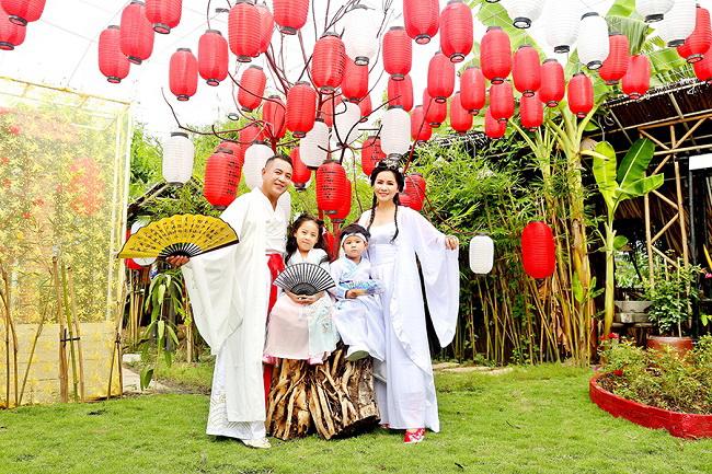Gia đình đạo diễn Quyền Lộc trong bộ ảnh cổ trang thật đáng yêu