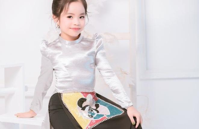 Mẫu nhí Đỗ Hoàng Thiên Nga đón ngày 1/6 với bộ ảnh Áo dài Mickey của NTK Việt Hùng