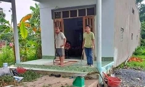 Hai cha con Nguyễn Quốc Bảo hung hăng cầm rựa thách thức chống người thi hành công vụ